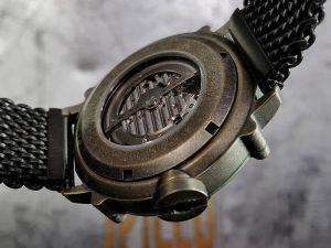 SPILLO 時計の裏側はスケルトン仕様