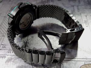SPILLO 珍しいブラックのミラノブレスレットを装着