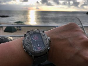 スピーロの腕時計と日本海の夕日