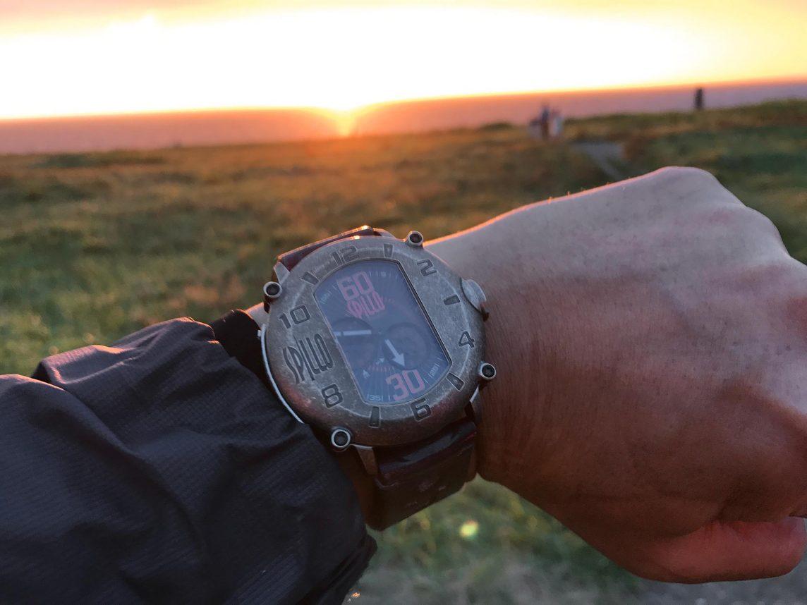 SPILLOの腕時計と日本海の燃えるような夕焼け